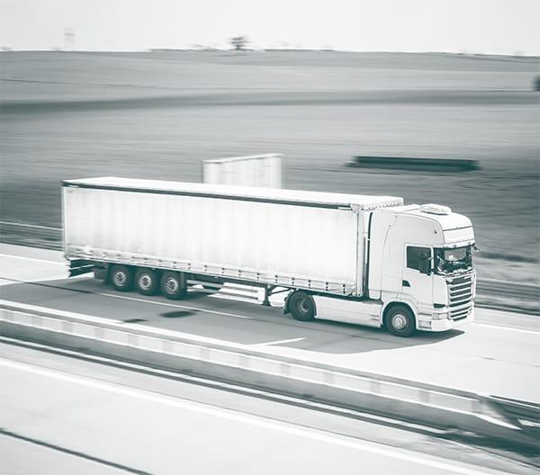 camion qui roule sur l'autoroute